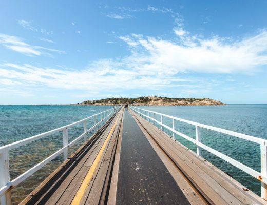 brug naar eiland in oceaan.