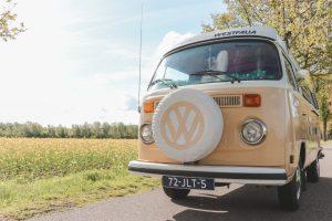 Een roadtrip door Nederland maken met deze beigekleurige Volkswagen T2 Oldtimer.