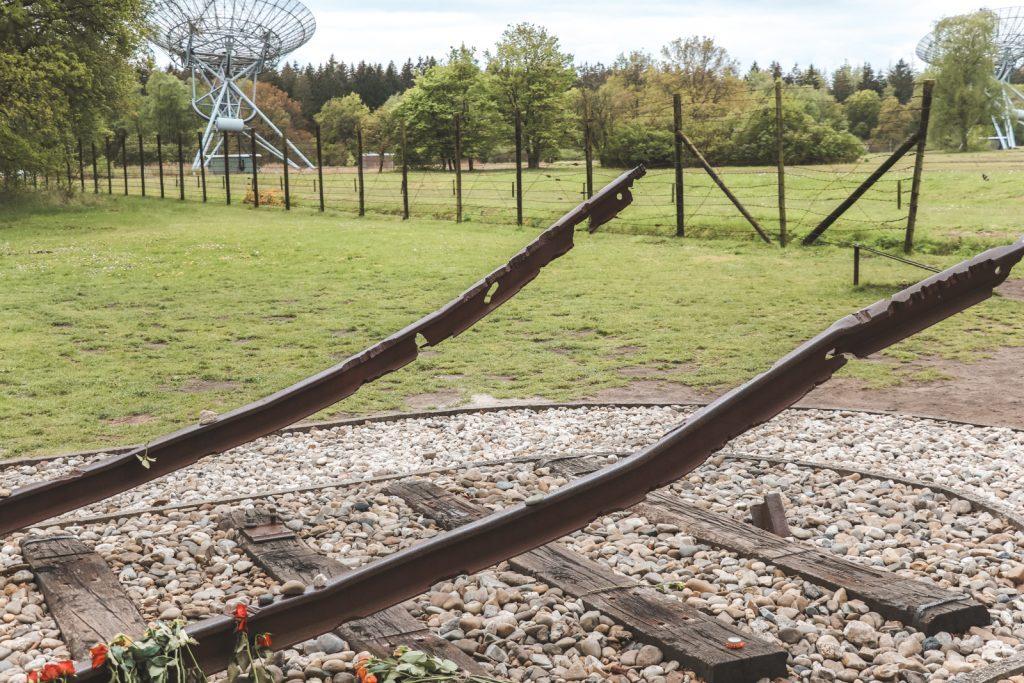 Monument met kapotte treinrails in Westerbork.