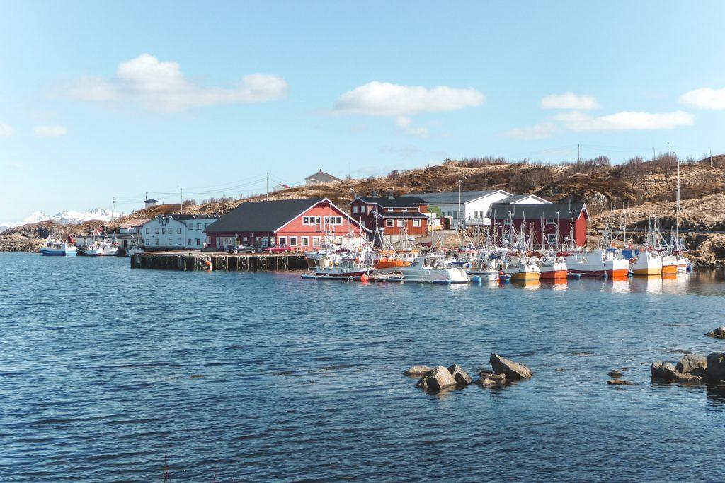 Houten huisjes in vissersdorp Stø