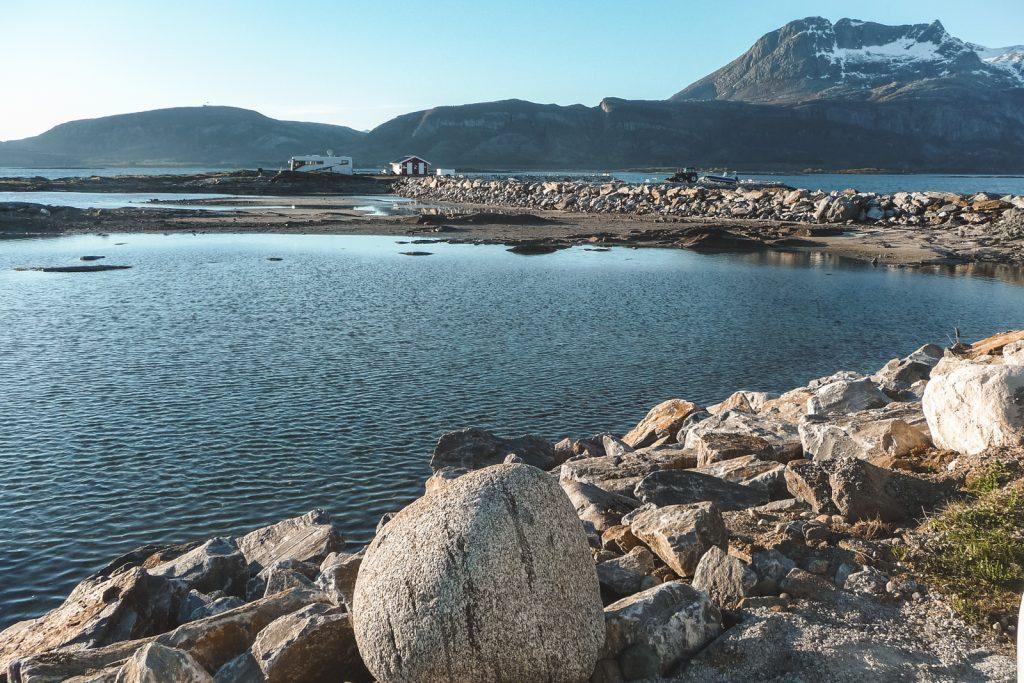 Grote keien voor een meer in Tjota