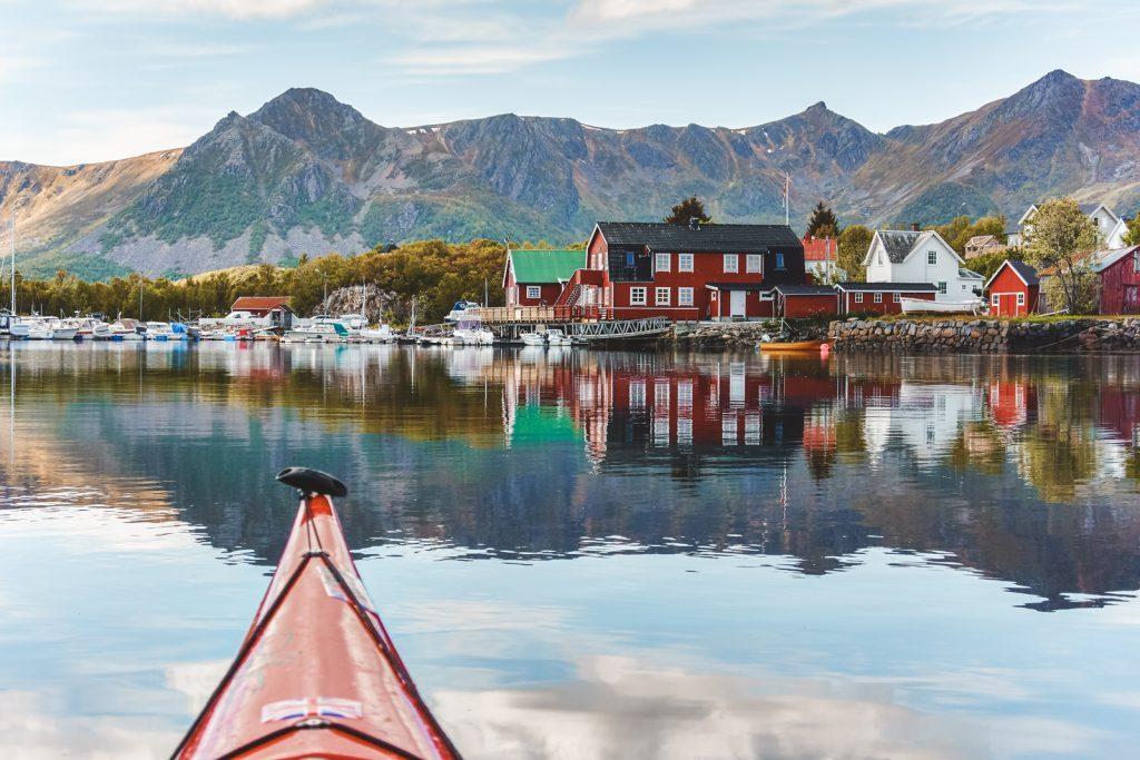 Noorse houten huisjes aan rand van meer
