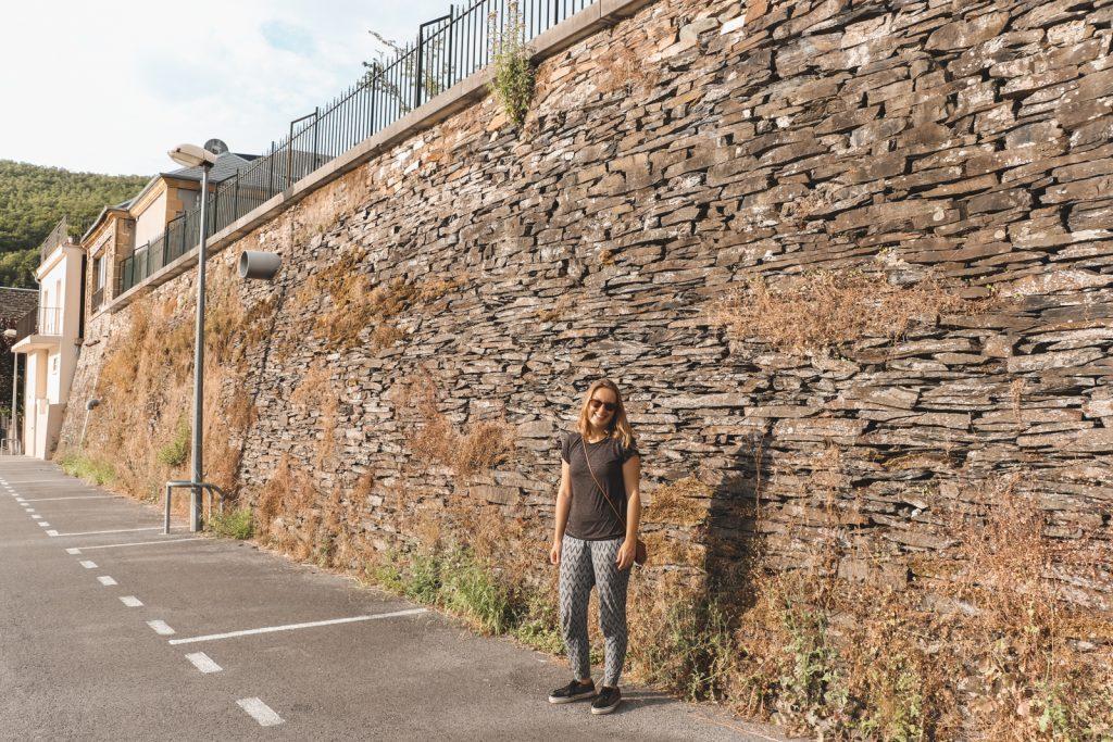 Vrouw bij stenen muur in Monthermé