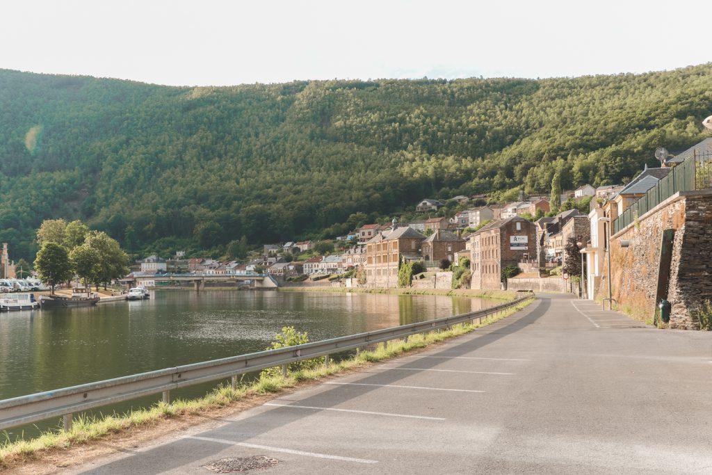 Stenen huizen langs de Maasrivier in Frankrijk.