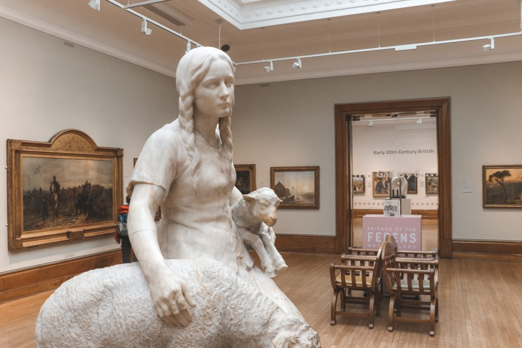 Witte sculptuur van meisje in Ferens Art Gallery