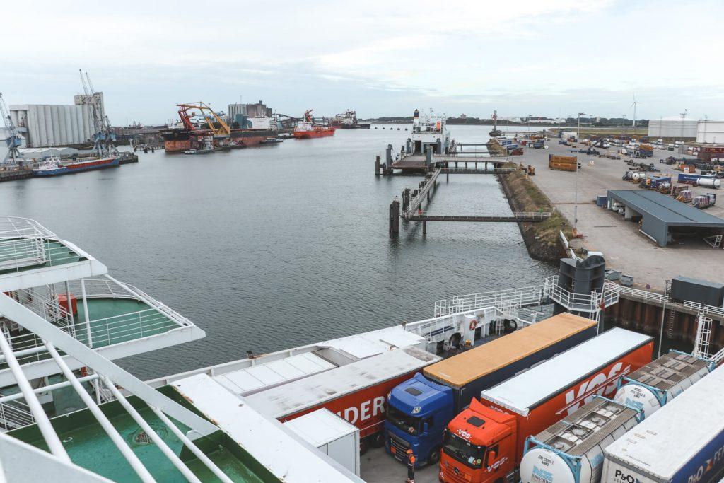 Met de boot naar Engeland: uitzicht over vrachtwagens op boot.