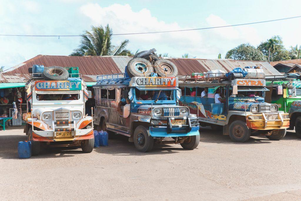 Gekleurde Amerikaanse schoolbussen Palawan