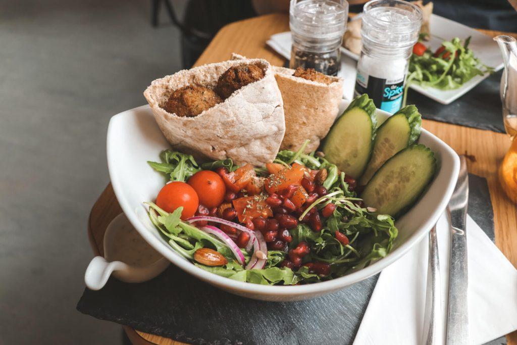 Falafel in pita met salade bij Liquid Jade in Hull
