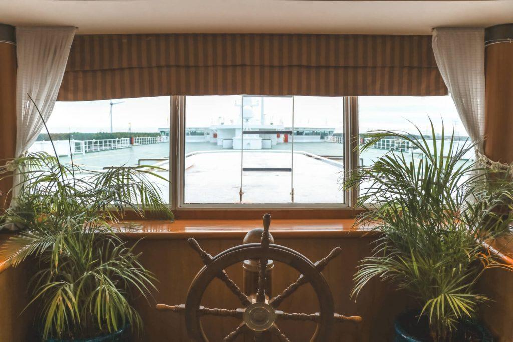 Uitzicht over stuurwiel en achterdek vanuit P&O ferry Hull-Rotterdam