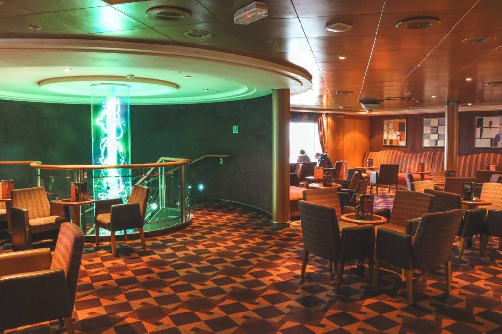 Restaurant met geblokt vloerbedekking en groen sfeerlicht ferry Rotterdam-Hull