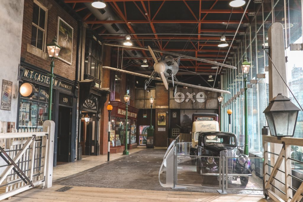 Oude auto en vliegtuig in Transport of Street Life Museum Hull