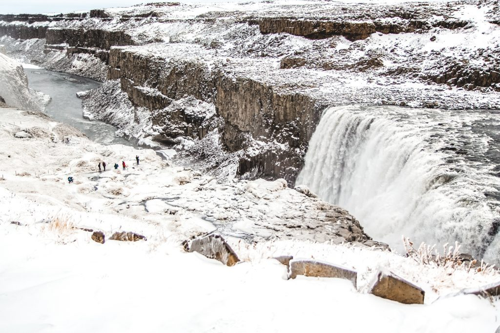 Bevroren waterval in IJsland in de winter