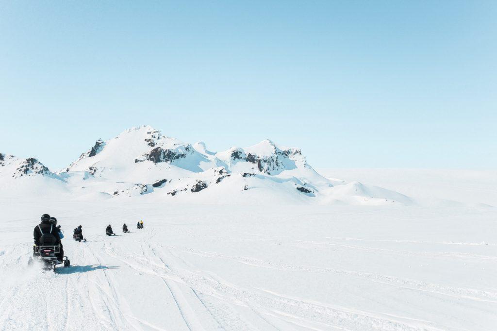 Sneeuwscooters in IJsland in sneeuwlandschap