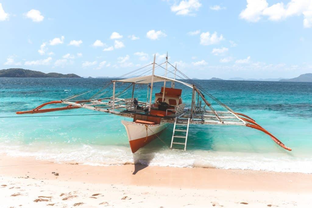 Houten boot om te snorkelen bij Sibaltan