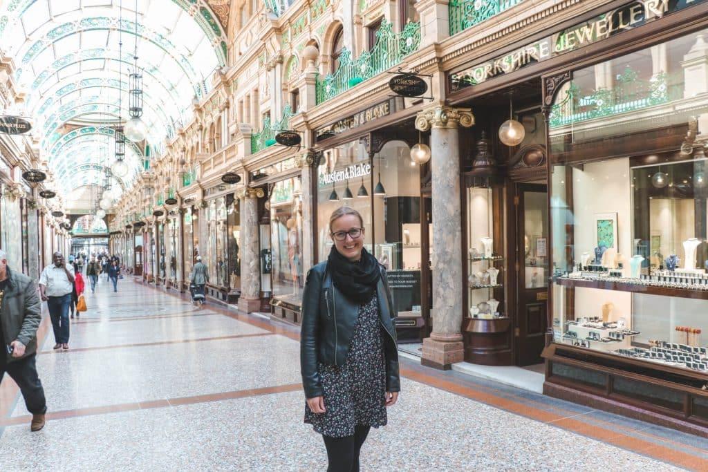 Marmeren zuilen en veel glas in County Arcade Leeds