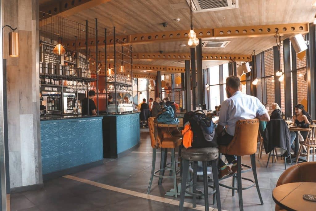 Geel met blauw interieur van Craft Asylum #1 in Leeds