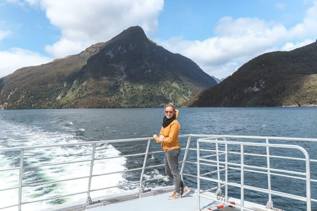Vrouw bij witte reling van boot in Doubtful Sound