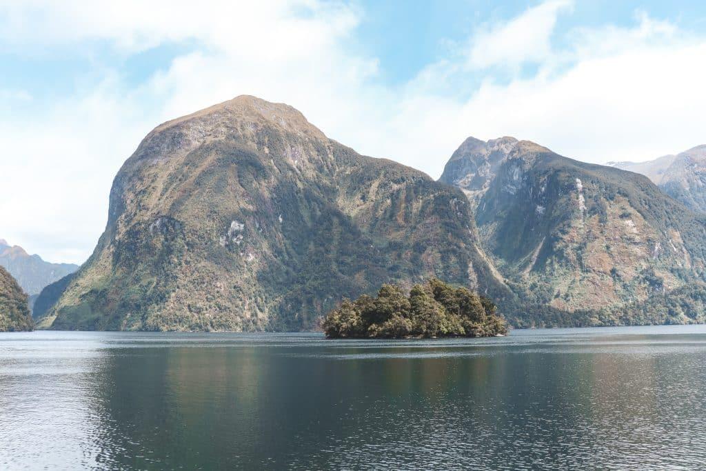 Grijsegroene fjorden in Doubtful Sound