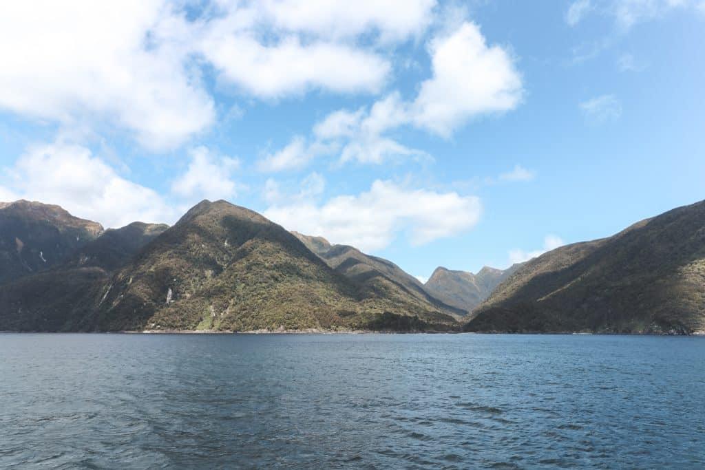 De fjorden van Doubtful Sound gezien vanaf Tasmanzee