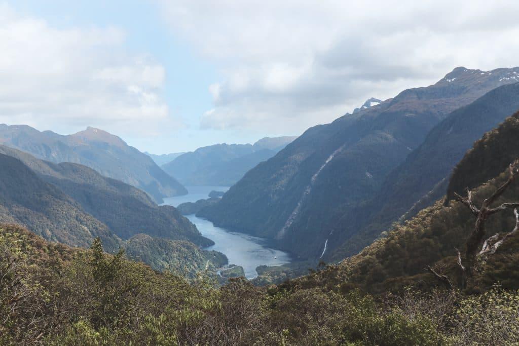 De fjorden van Doubtful Sound gezien vanaf Wilmot Pass