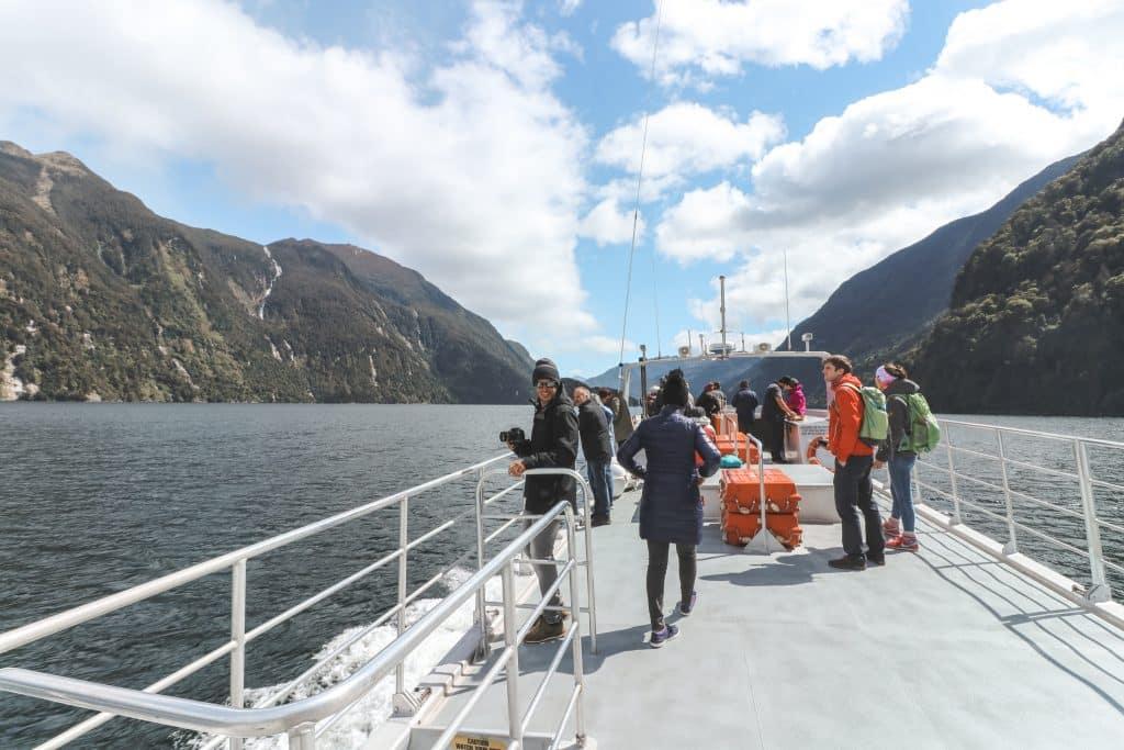 Het dek van Go Orange boot in Doubtful Sound met een aantal mensen