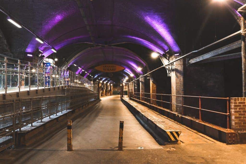 Paars verlichte tunnel in Leeds die Dark Arches heten