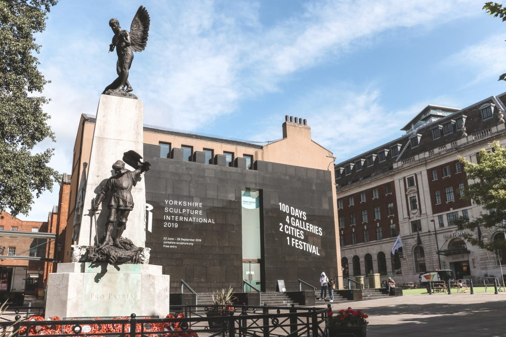 Stenen beeld op voorgrond van Henry Moore Institute Leeds