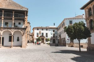 Stenen plein met witte historische gebouwen Ronda