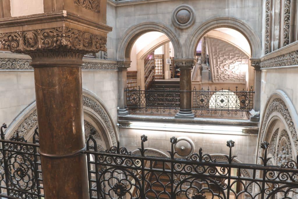 Stenen trappenhuis van Leeds Central Library