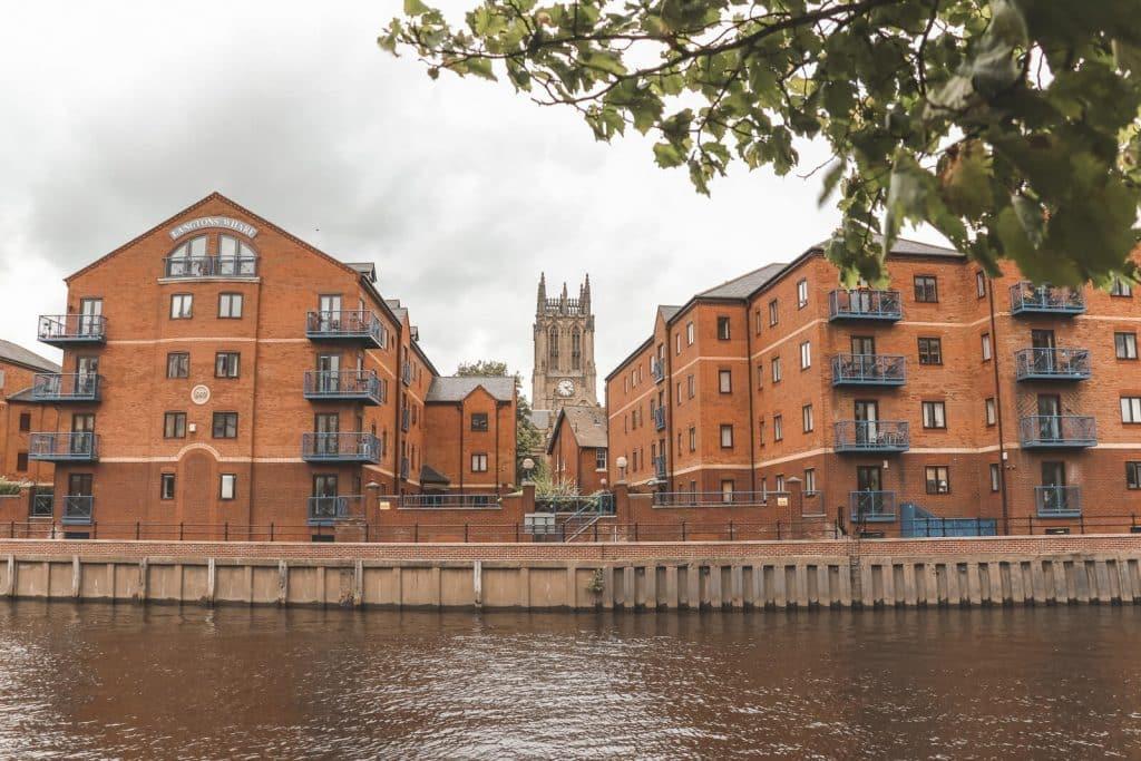 Leeds Minster met op voorgrond roodstenen appartementen.