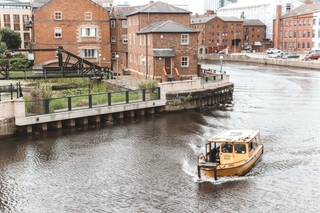 Gele watertaxi van Leeds Water Taxi Drie