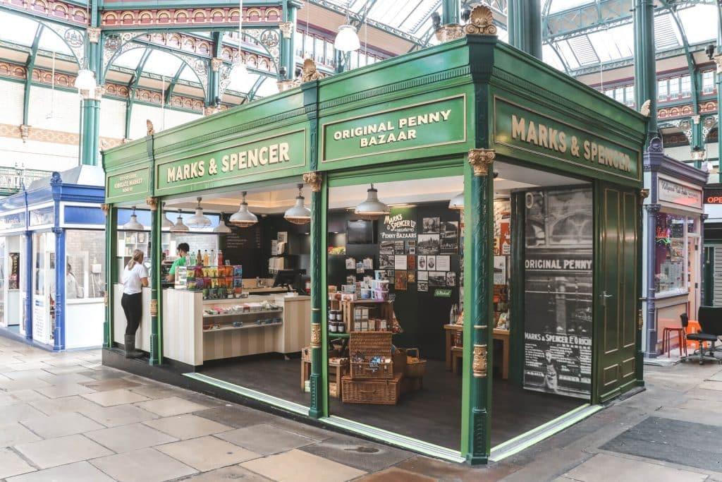 Groene marktkraam van Marks & Spencer in Kirkgate Market