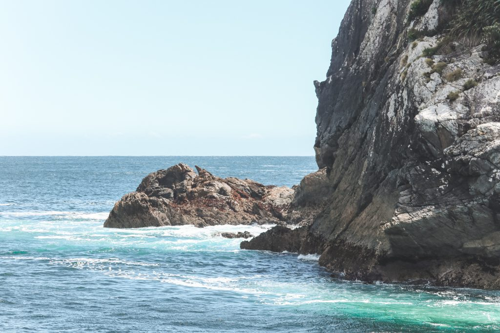 Helderblauw water bij monding Doubtful Sound naar Tasmanzee