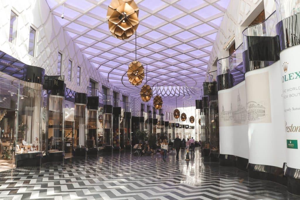 Moderne Victoria Gate in Leeds met zwartwitte vloer en glazen dak