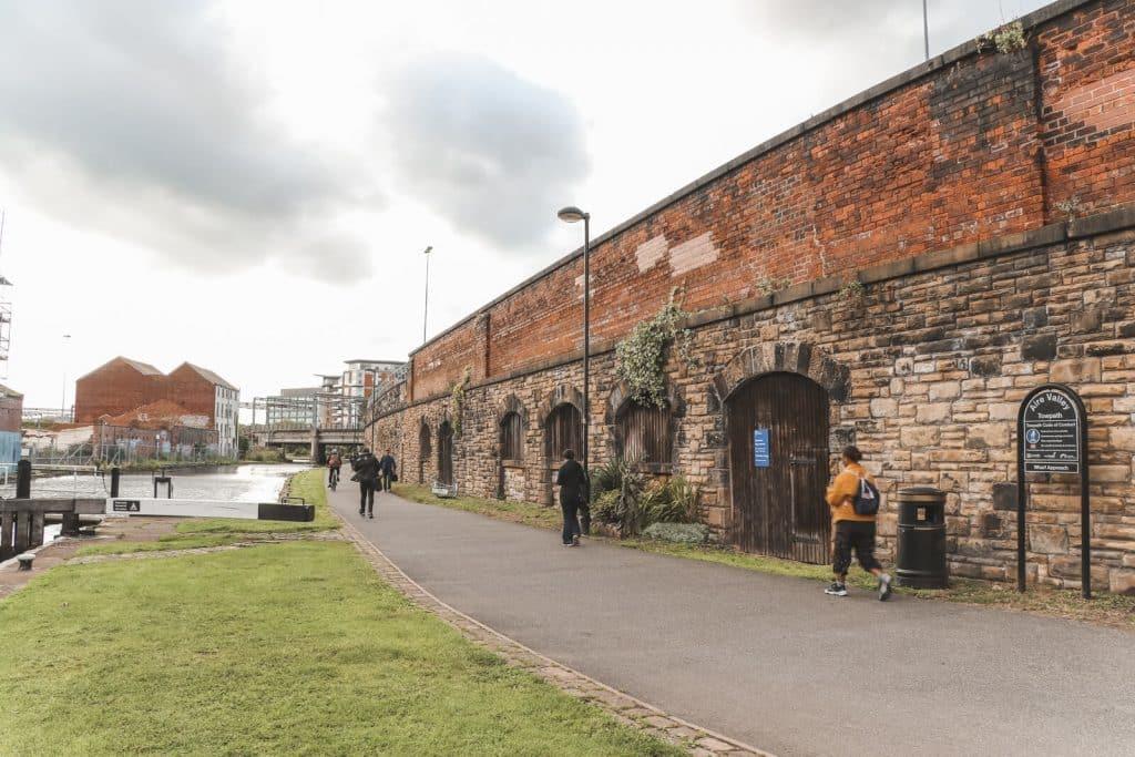Mensen die wandelen langs de rivier Aire in Leeds