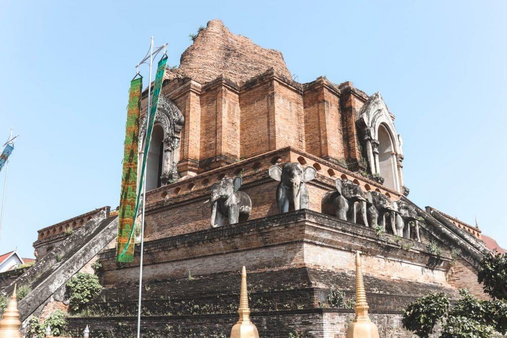 Wat Chedi Luang: stenen tempel met stenen olifanten erop in Chiang Mai