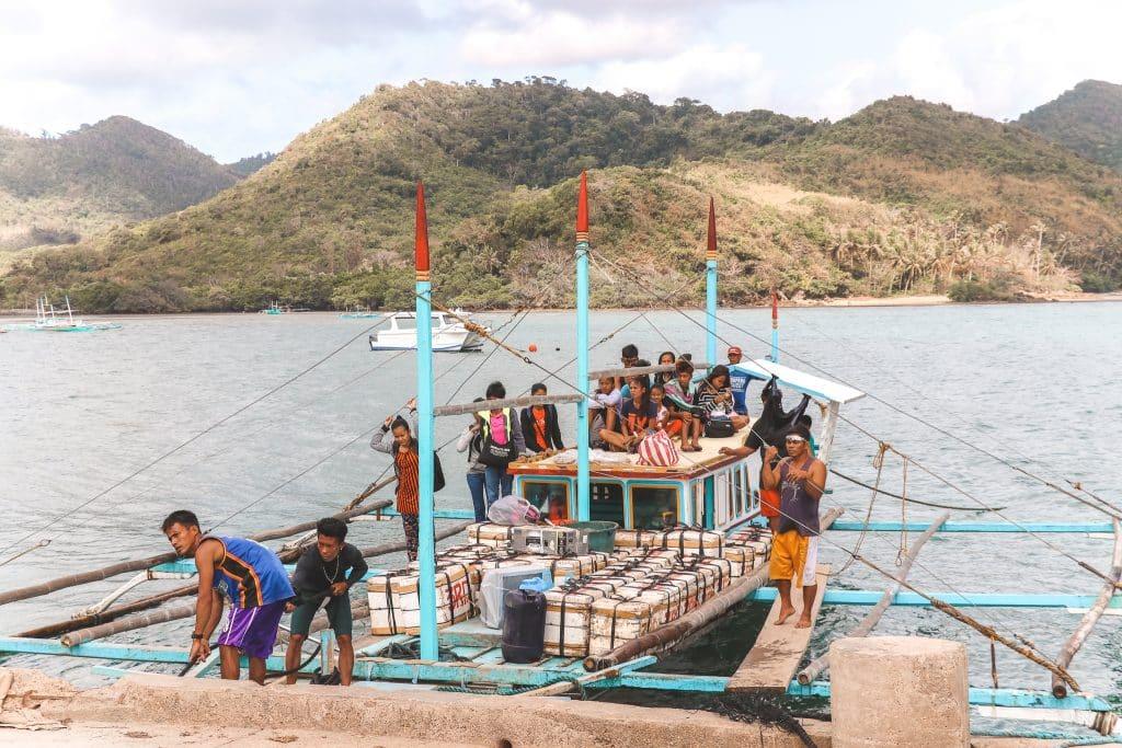 Filipino's op azuurblauwe boot
