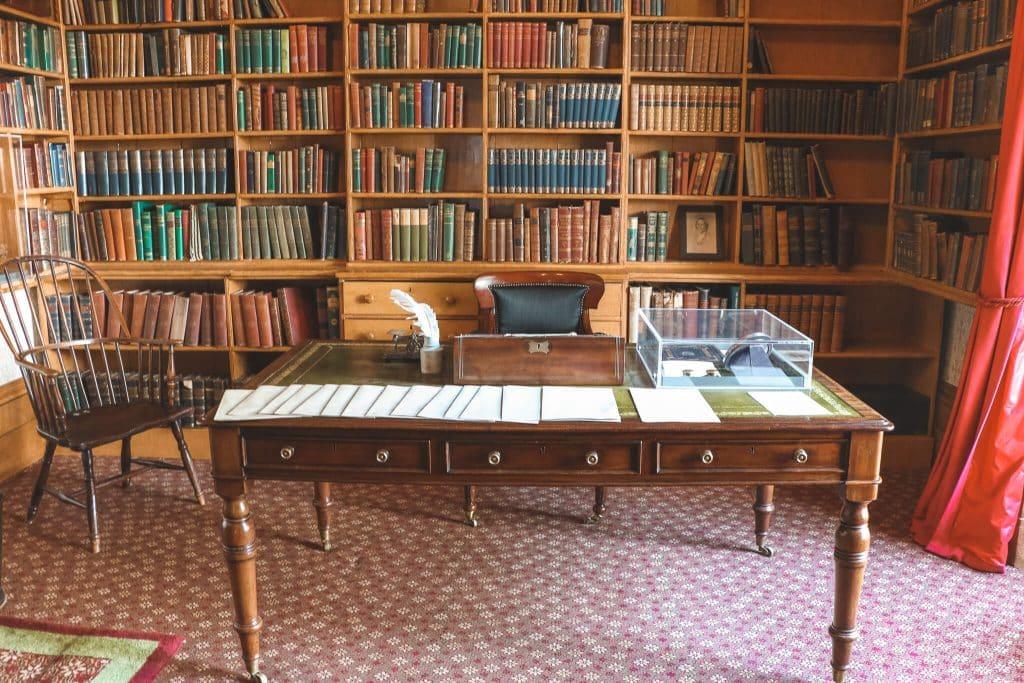Bureau met ouderwetse boekenkast in Elizabeth Gaskell's House