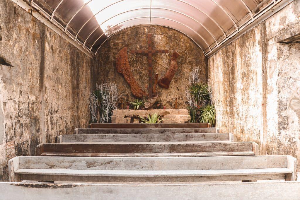 Sober interieur van stenen kapel in Taytay