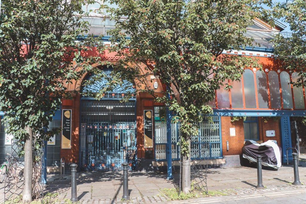Rode ingang van Manchester Art & Design Centre