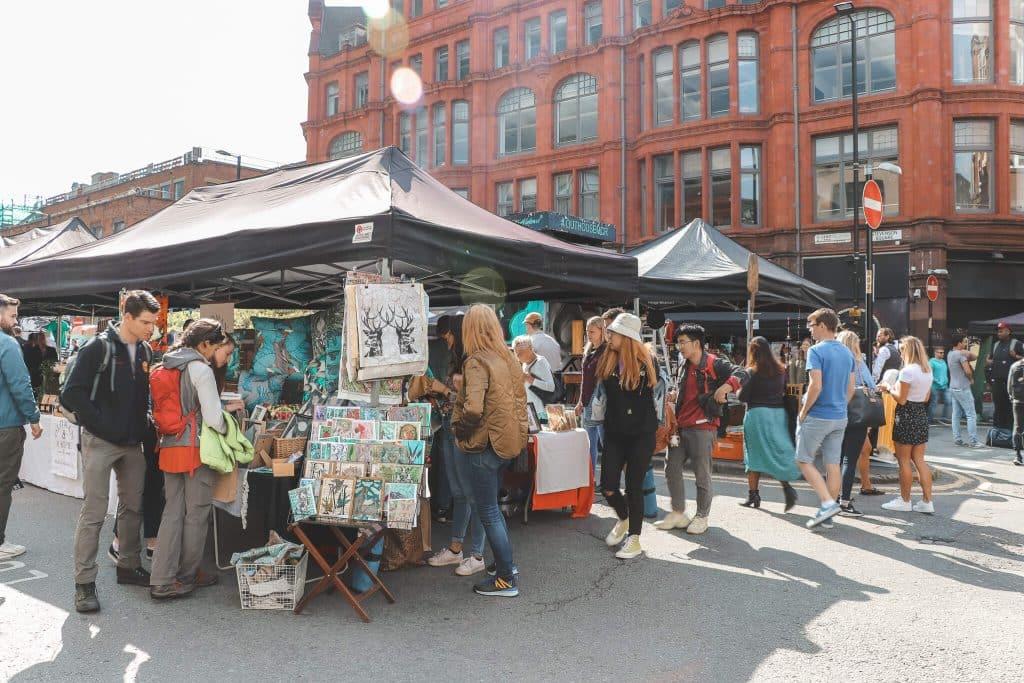 Marktkramen op plein in Manchester