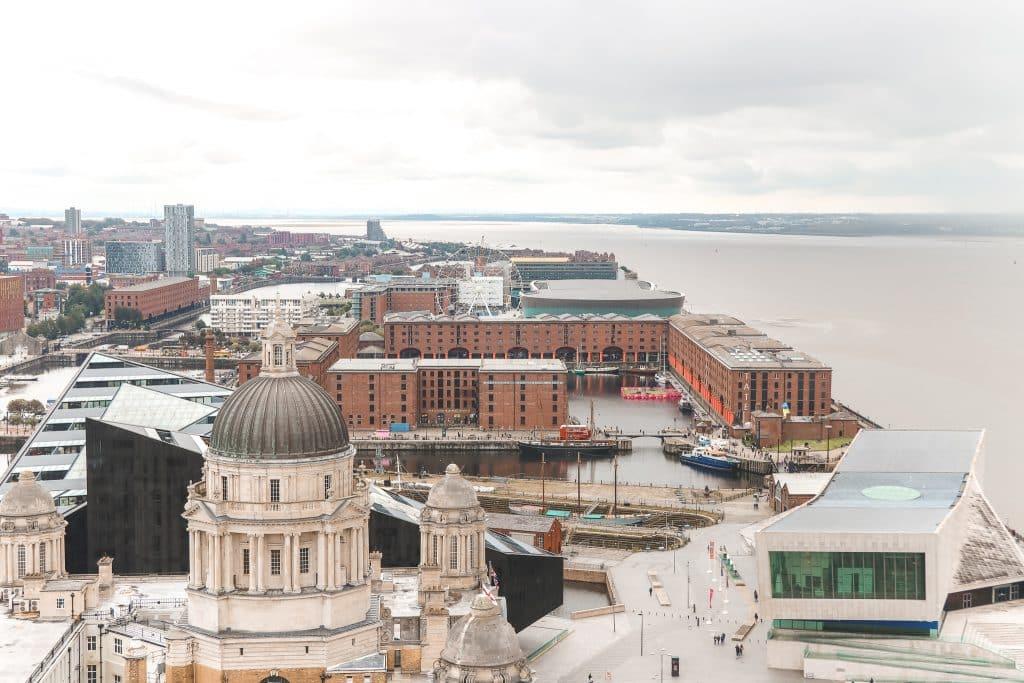 Hoogtepunten in Liverpool: Rode pakhuizen van Royal Albert Dock gezien vanuit lucht