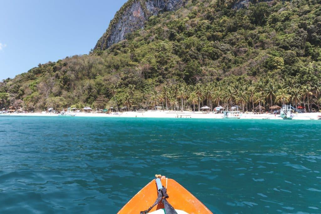 Kanoën bij El Nido: azuurblauw water, witte stranden en palmbomen op heuvels