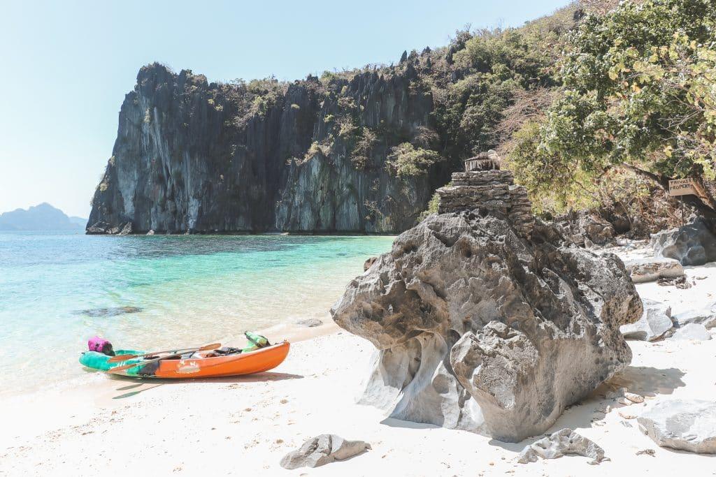 Oranje kano op Lapus Lapus Beach