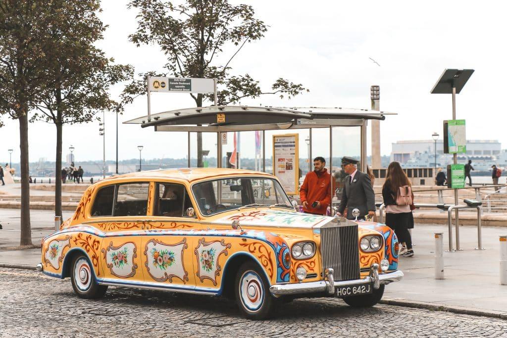 Gele limousine met bloemen