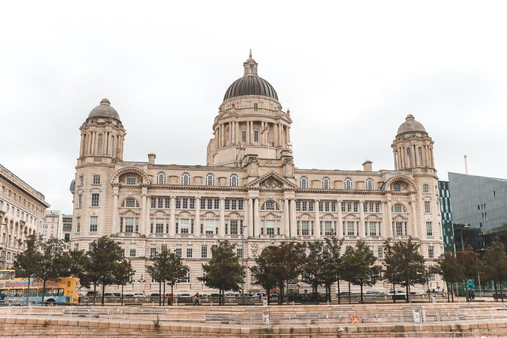 Het Edwardiaanse Port of Liverpool Building met koepel in het midden.