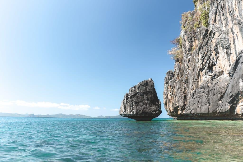 Kanoën bij El Nido: rotsen in een azuurblauwe oceaan