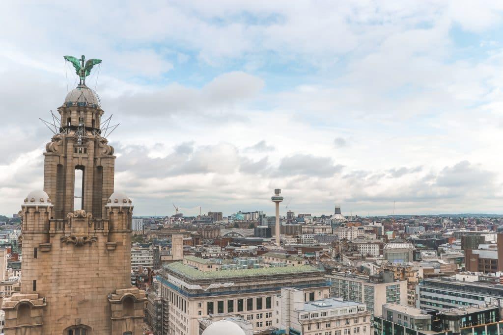 Uitzicht over stad en beeld van vogel vanaf Liver Building 360. Een van de hoogtepunten in Liverpool.