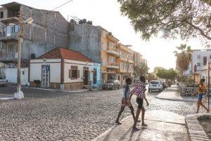 De hoofdstraat van Tarrafal met keien weg en gekleurde huizen