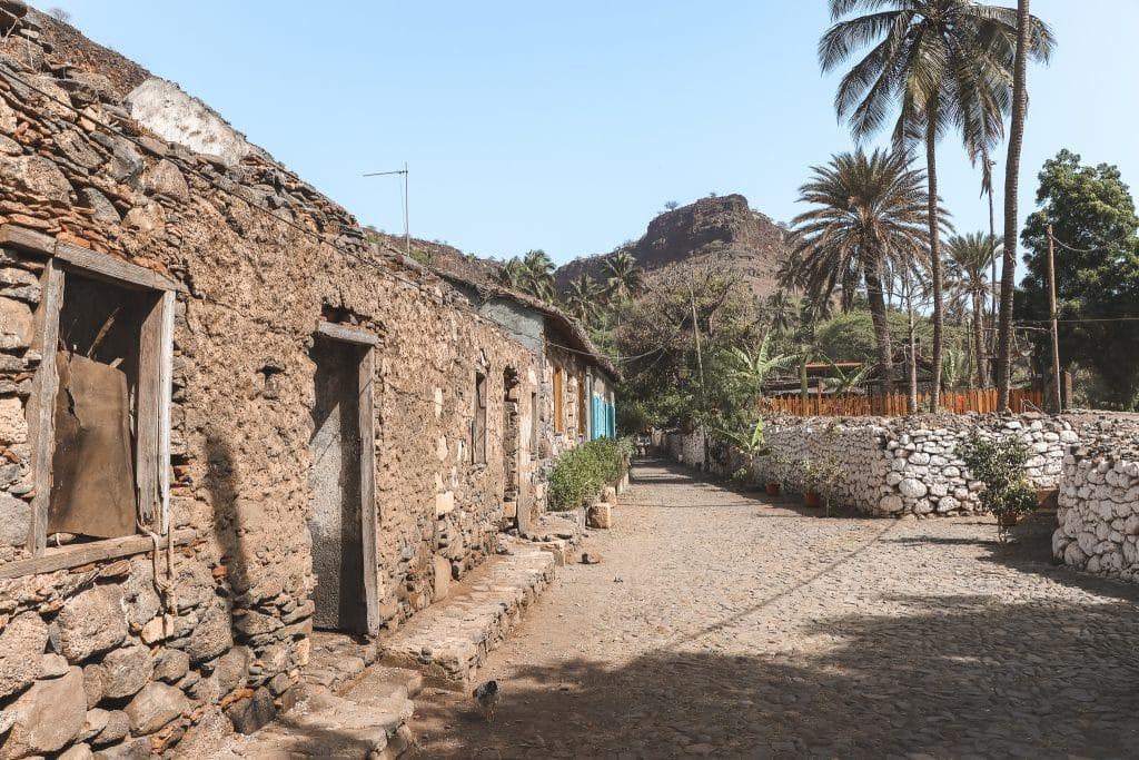 Rua Banana met oude stenen huisjes